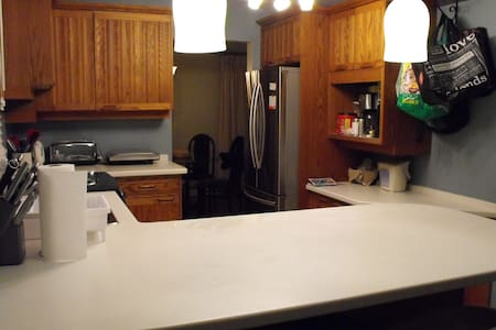 Private Rooms Centrally Located for all activities - Ottawa - House