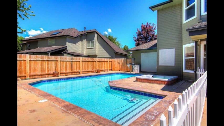 Amazing family home (pool closes 9/17)