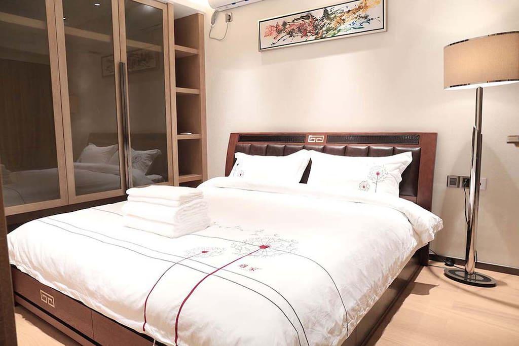 主卧室1.8米大床