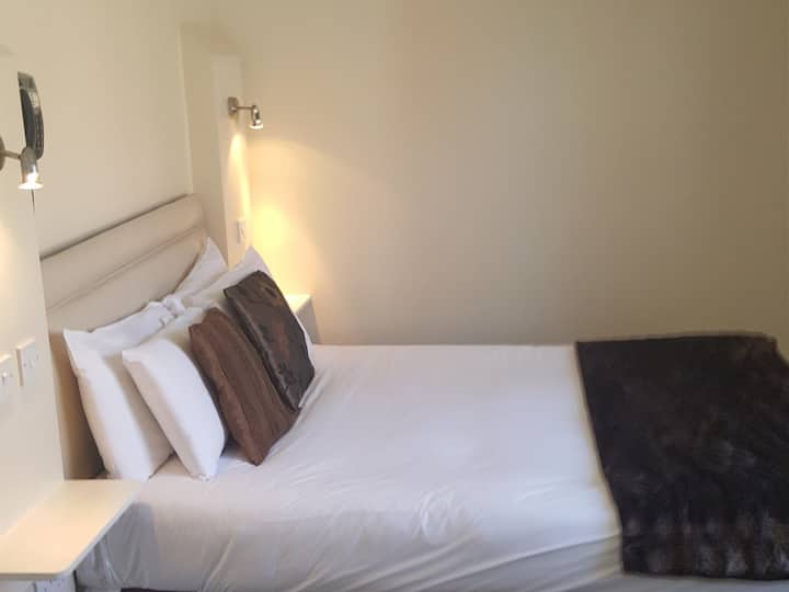 Double room-Standard-Ensuite with Shower-Street View-Room 3
