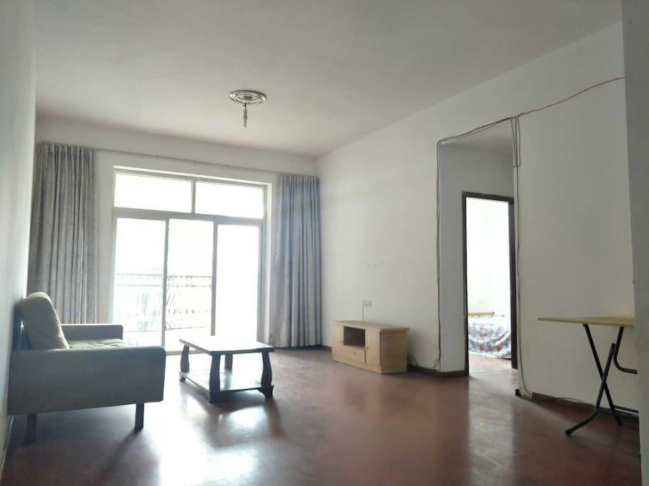 大厅,带飘窗和大阳台,可以很好地看江景