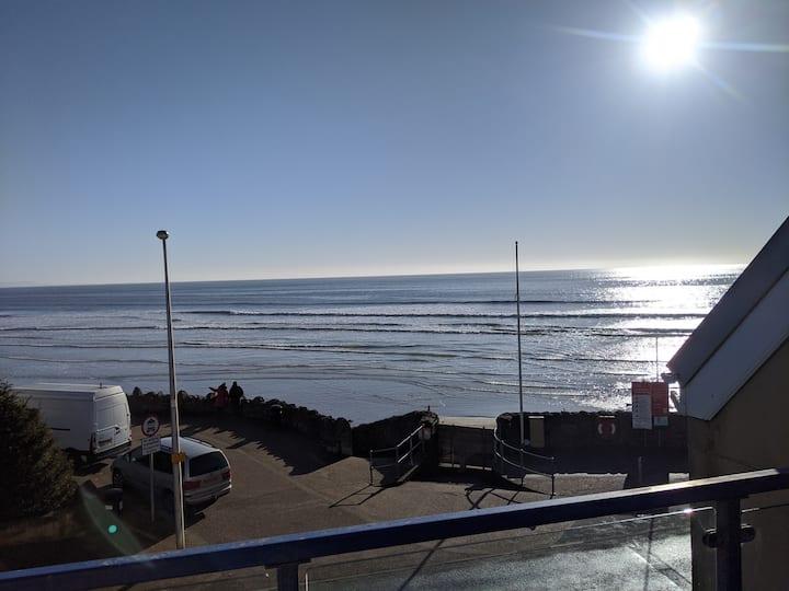 Beachfront flat, amazing sea views. Dogs welcome