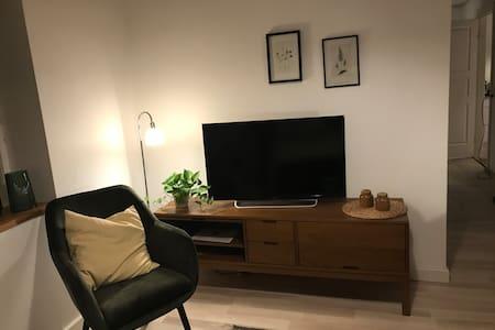 Lyst værelse med egen indgang, bad og køkken