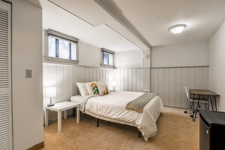 Cozy Private Suite blocks from Washington Park!