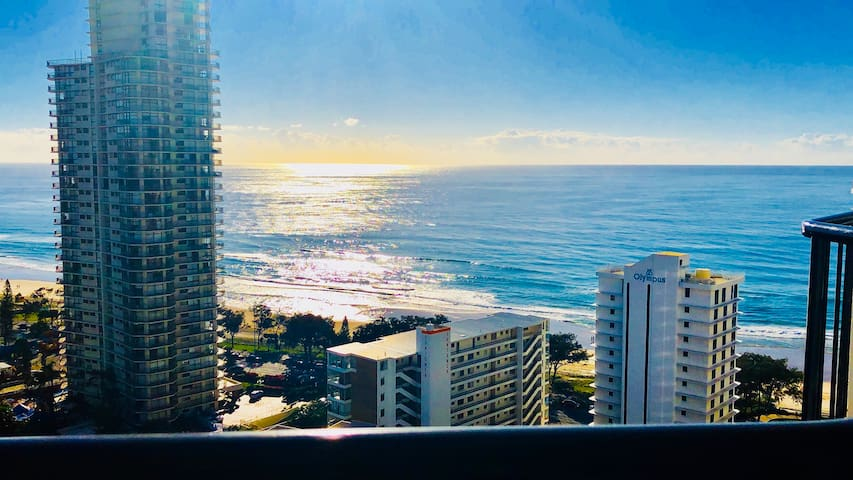 Breathtaking views, gym, pool, cafes 100m to beach