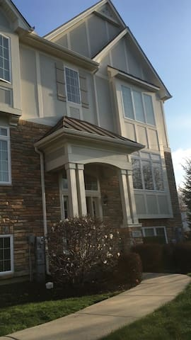 2500 SF Fully Furnished Townhouse - Carol Stream - Casa