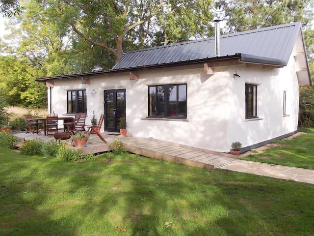 Straw Bale Cottage (UKC2978)