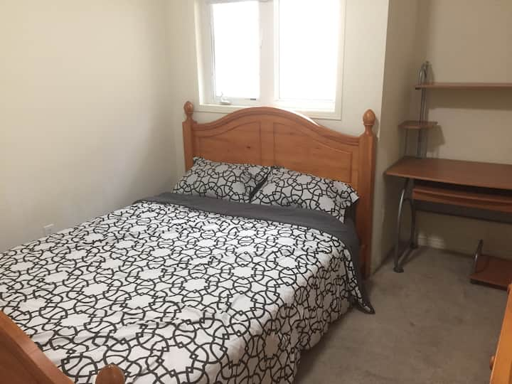 Queen (Bed)room + large closet @ York University