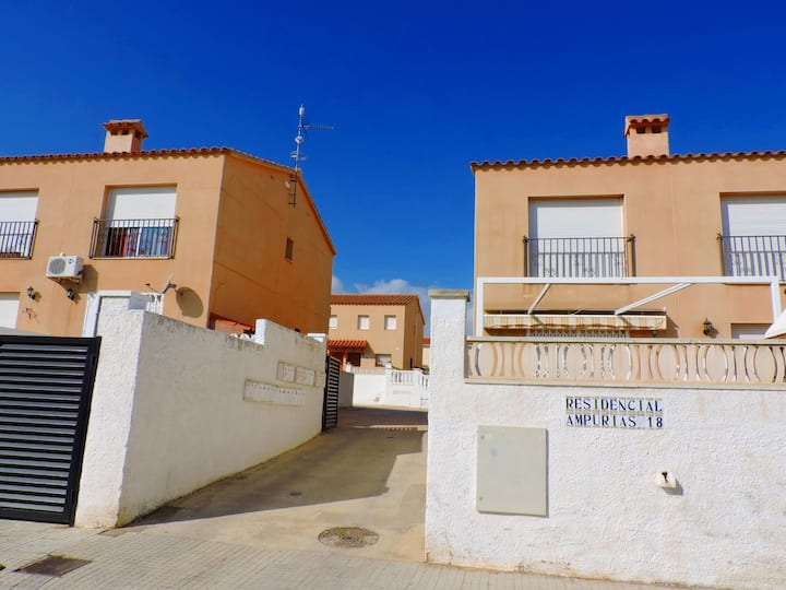 SEMI-DETACHED HOUSE WITH COMMUNITY POOL LESS THAN 500 M FROM THE SEA
