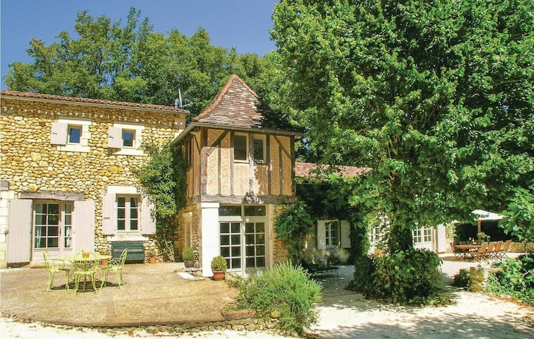 Holiday cottage with 5 bedrooms on 235m² in St. Martin des Combes