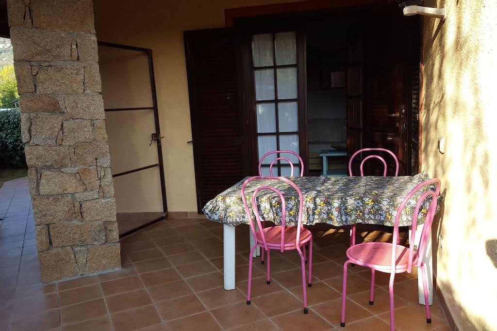ingresso della casa con annessa veranda