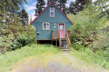 Cozy cabin with private hot tub, quiet location blocks from the resort & trails