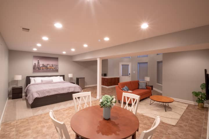 Spacious Space w/ Starlight Ceiling. Private Entry