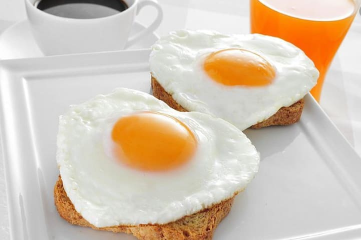 Option 1: Fried eggs on toast with juice for $7.00.