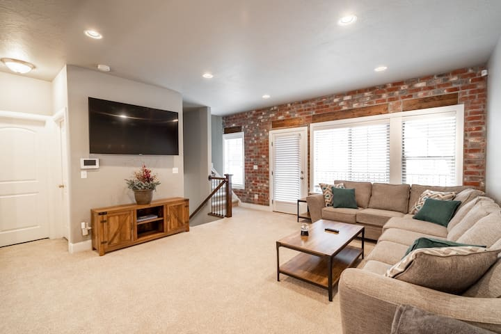 Modern, Roomy Home Near Skiing & Silicon Slopes