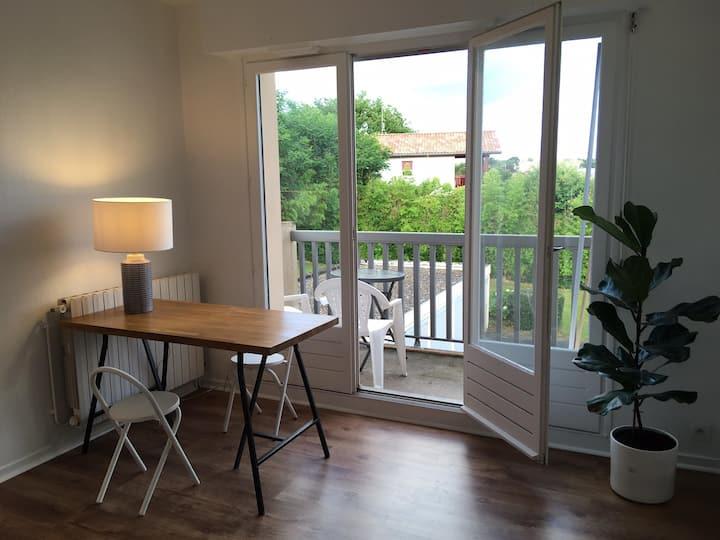 Studio neuf au calme avec parking & grand balcon