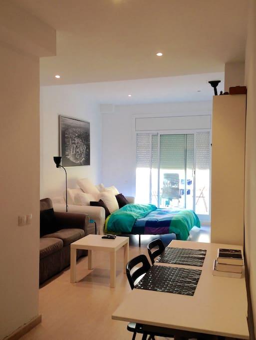 Nuestro apartamento goza de buena luz natural de dia en todas sus estancias, y con la persiana abajo puedes aislarte de la luces molestas de la noche.