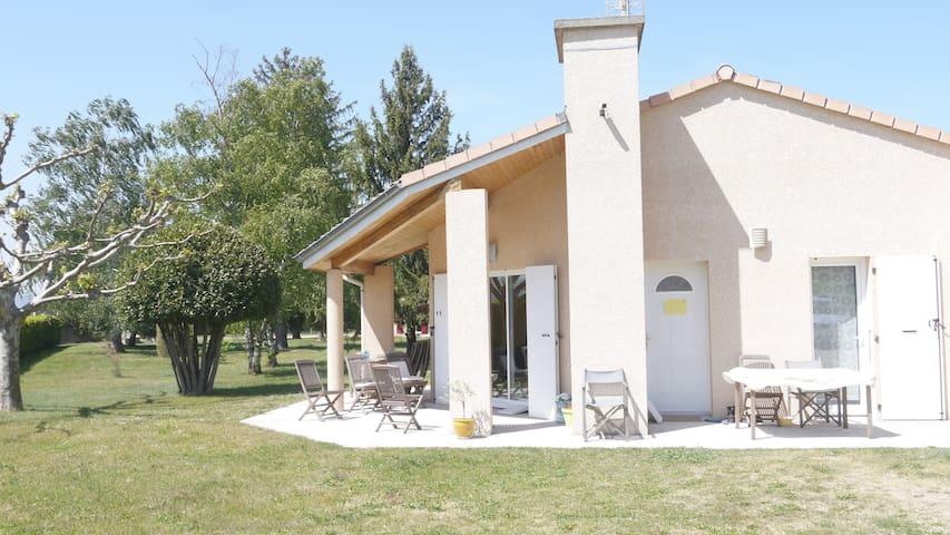 Entre vignes et arbres fruitiers - Beaumont-Monteux - House