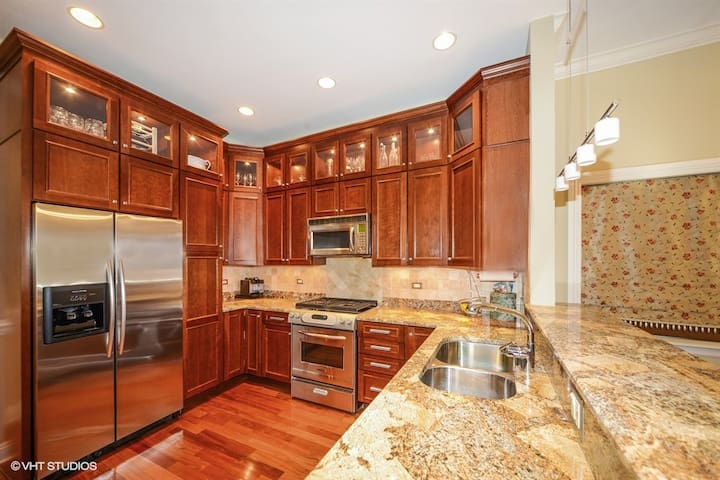 Great Kitchen for cooking with plenty of wine glasses