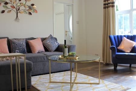 Luxurious Stay at Chigwell upto 7 guests