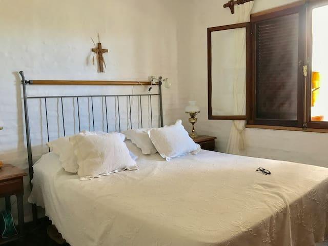 Dormitorio principal con cama matrimonial.
