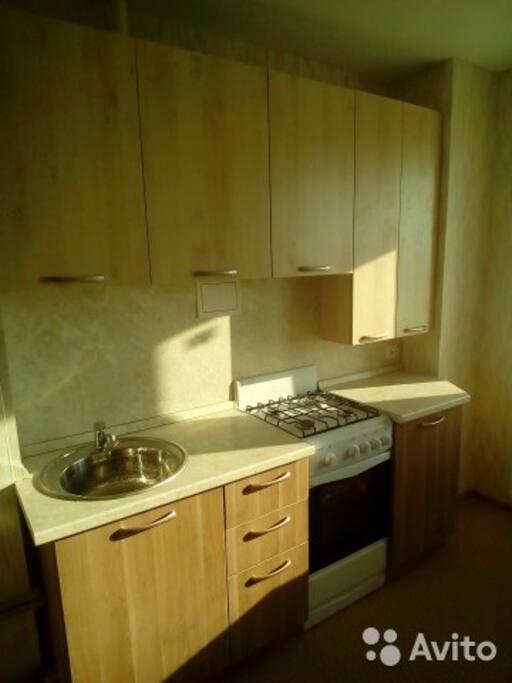 +холодильник, микроволновка,чайник,кухонные принадлежности