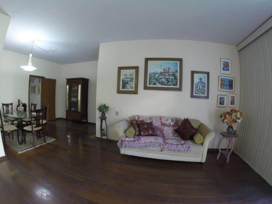 Sala iluminada e espaçosa com poltronas e sofás