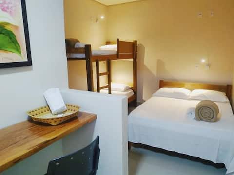 Suíte privativa com cama de casal e beliche