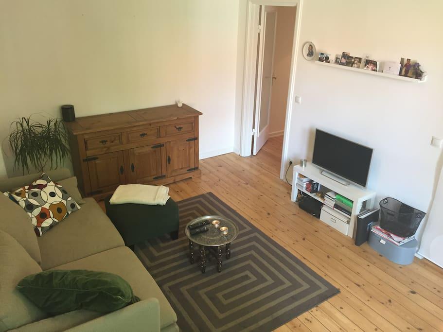 Gemütliches Wohnzimmer mit Zugang zur offenen Küche. Hier kann die Luftmatratze als Schlafplatz liegen.