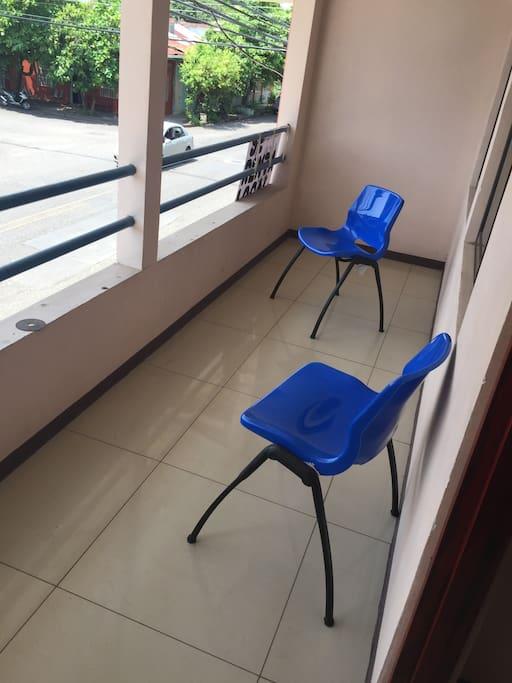 El balcón de la casa, contamos con varias sillas para que puedan compartir en este espacio y refrescarse con la deliciosa brisa
