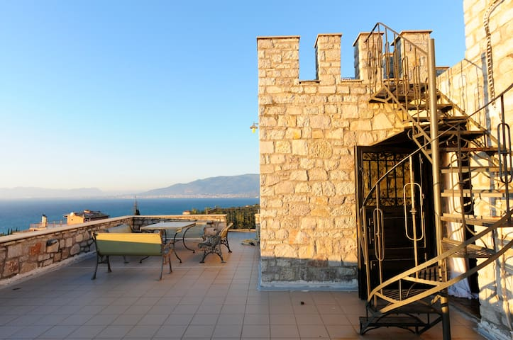 Castle with seaview: Only 1km from beautiful beach - Mikri Mantineia