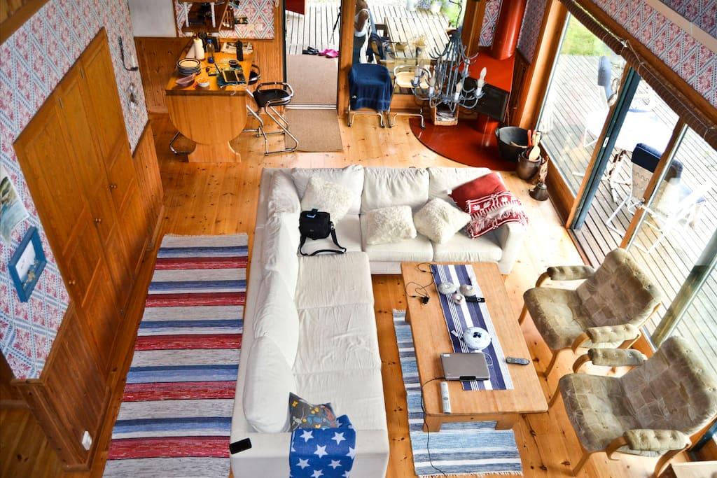 Vardagsrum med öppen spis, sett från sovloft