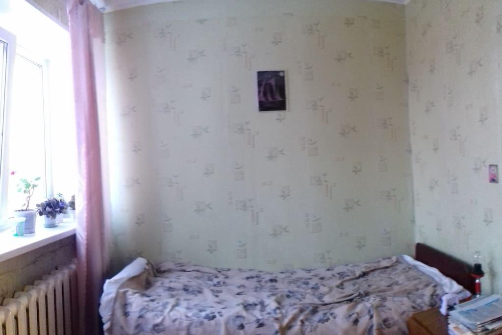 изолированная комната с односпальной кроватью
