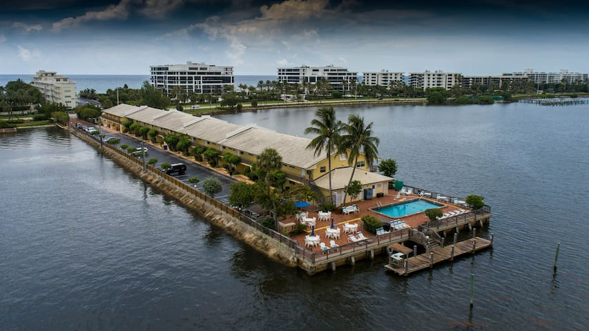1 BR Waterfront Palm Beach Condo - Stunning View!