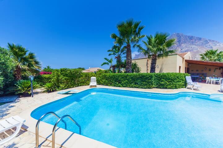 Villa with pool, AC, BBQ