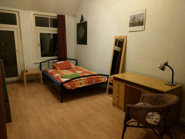 Central room close to Uni and fair