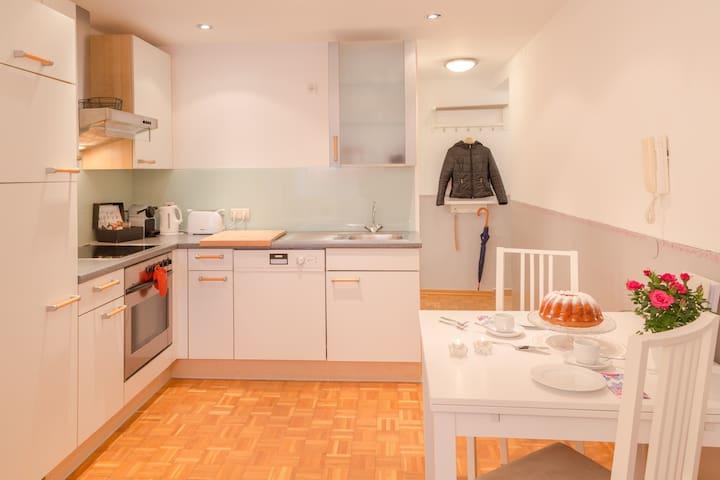 Voll ausgestattete Küche mit Geschirrspüler, Mikro, E-Herd mit Rohr, Kaffeemaschine und Wasserkocher