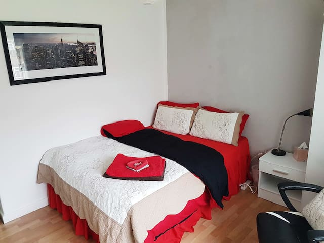 Cosy double bedroom in Denton