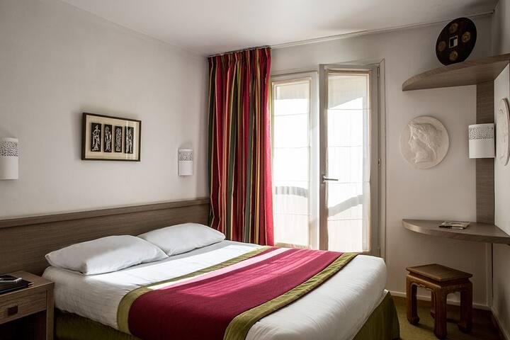 Entre Tour Eiffel et Montparnasse, petite chambre idéale pour les petits budgets avec tout le confort nécessaire !