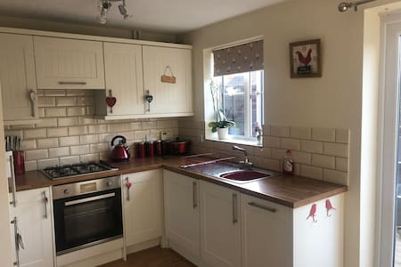 Comfortable 2 bed house in Leicester with hot tub!