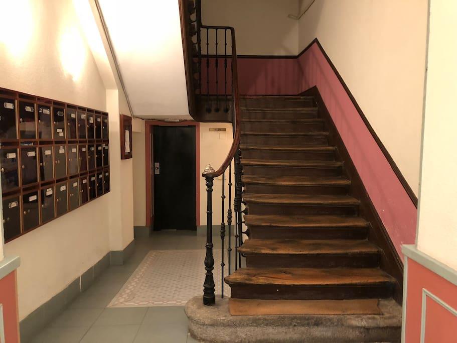 Stairway and lift/Escaleras y ascensor