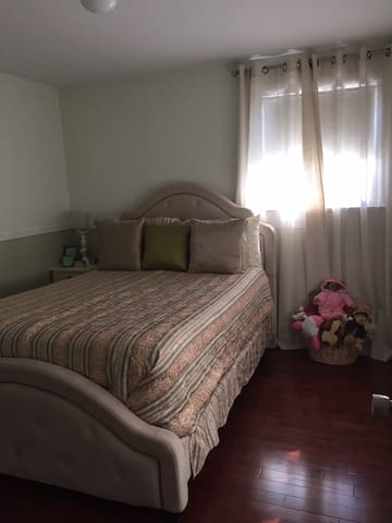 Cozy 1BD in 2BD House with Deck - Elmont