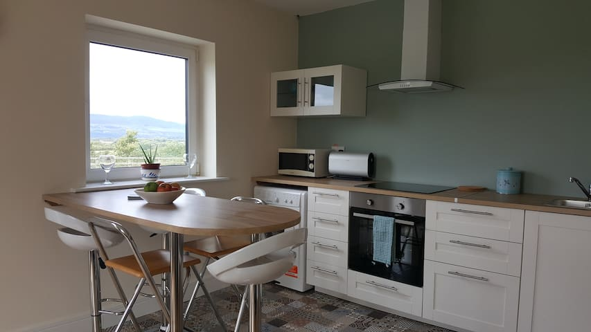 Mitchelstown Luxury Apartment Sleeps 5