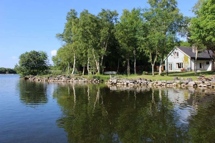 Spectacular Lakeshore Property 1hr from Dublin