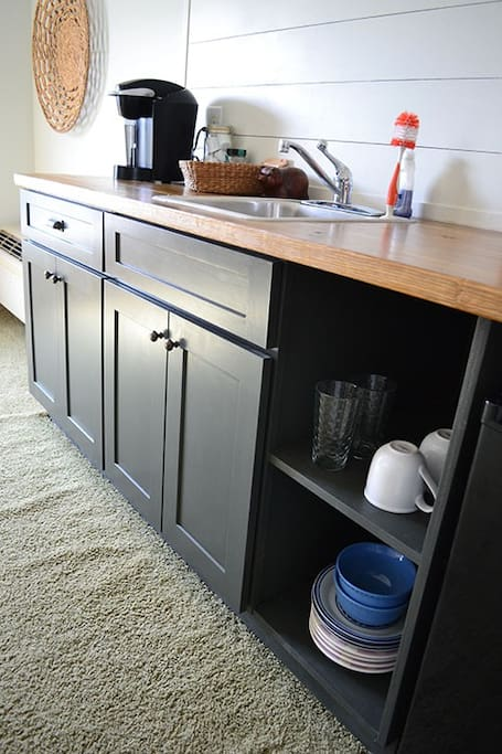Full kitchenette with fridge, microwave and coffee