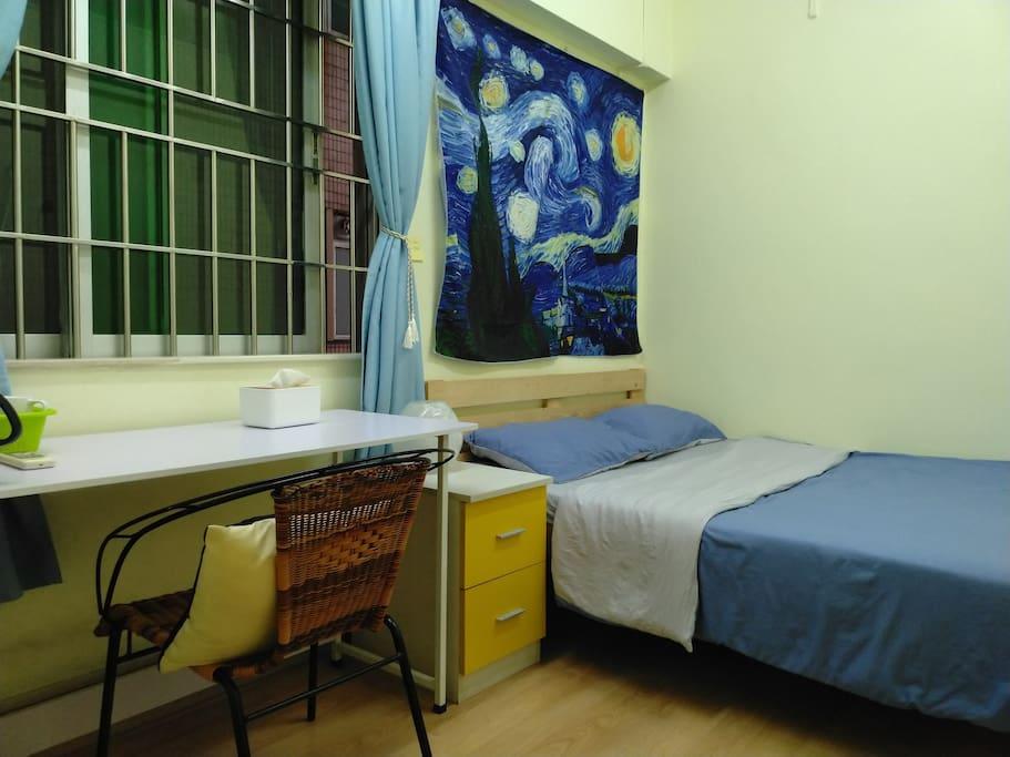 1.5米双人床,配有希尔顿定制高弹枕和无印良品全棉床上用品,柔软舒适