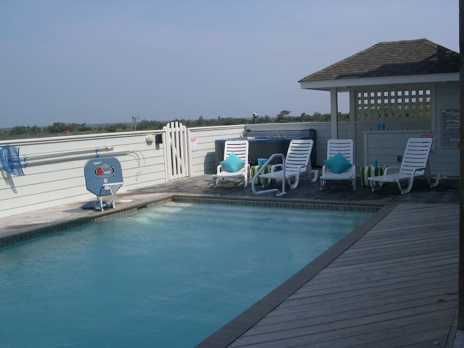 Large pool and hot tub, tiki bar