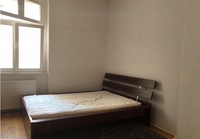 Spacious room in central Berlin flat