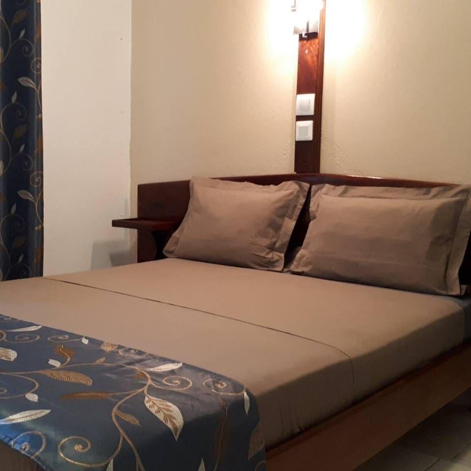 Chambre N° 02 avec une salle de bain à l'intérieur, wifi,climatise plus télé et parking sécuriser .  Prix: 70 euros.