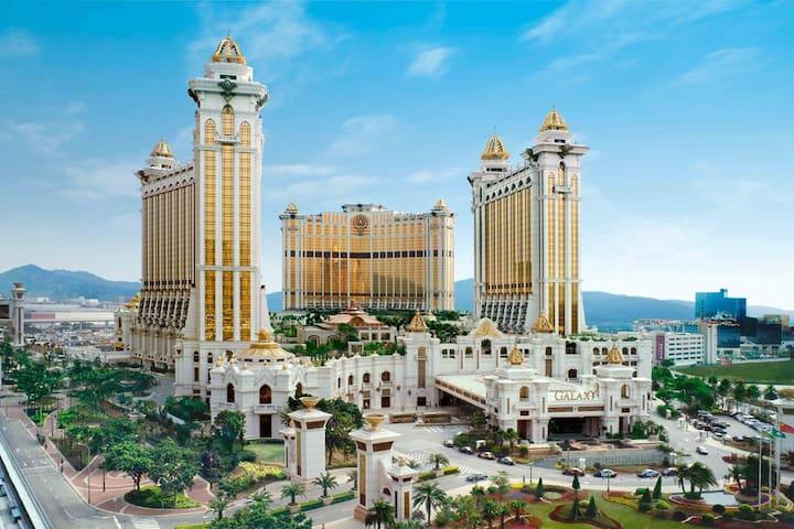 澳门银河酒店(Galaxy Macau)城市景观大床 KING BED 免费迷你吧饮品,玩天浪淘园